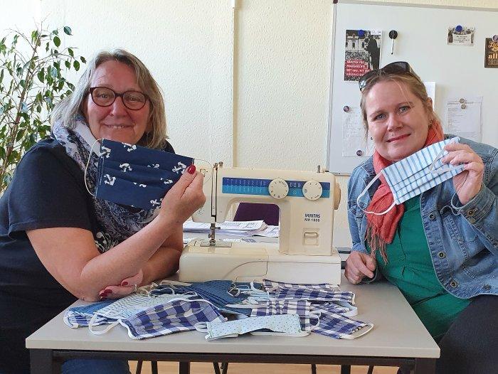 Die Betriebsratsmitglieder Susanne Lindemann und Anne Vahrenholt nähen Behelfsmasken für ihre Kolleg*innen